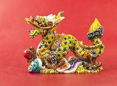 Kolorowy chiński smok statua na białym tle — Zdjęcie stockowe