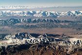 Vista aérea de montanhas cobertas de neve no território de yukon, canadá. — Foto Stock