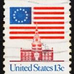 timbre-poste usa 1975 13 étoiles drapeau et indépendance hall — Photo