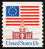 Postage stamp USA 1975 13-Star Flag and Independence Hall — Stock Photo