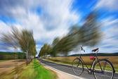 Fahrrad auf der autobahn — Stockfoto