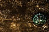 Ciemny krawędziach papieru i kompas — Zdjęcie stockowe