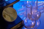 Microscópio e tubos de ensaio — Foto Stock