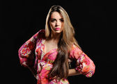 Retrato de muchacha hermosa sobre fondo negro — Foto de Stock