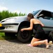 Changing a flat tire — 图库照片