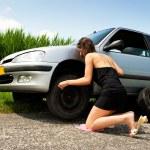 cambiar una rueda pinchada — Foto de Stock