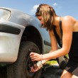Changing a tyre — Stock Photo