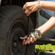 Changing a flat tire — Stock Photo