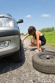 Changing a tire — Stockfoto