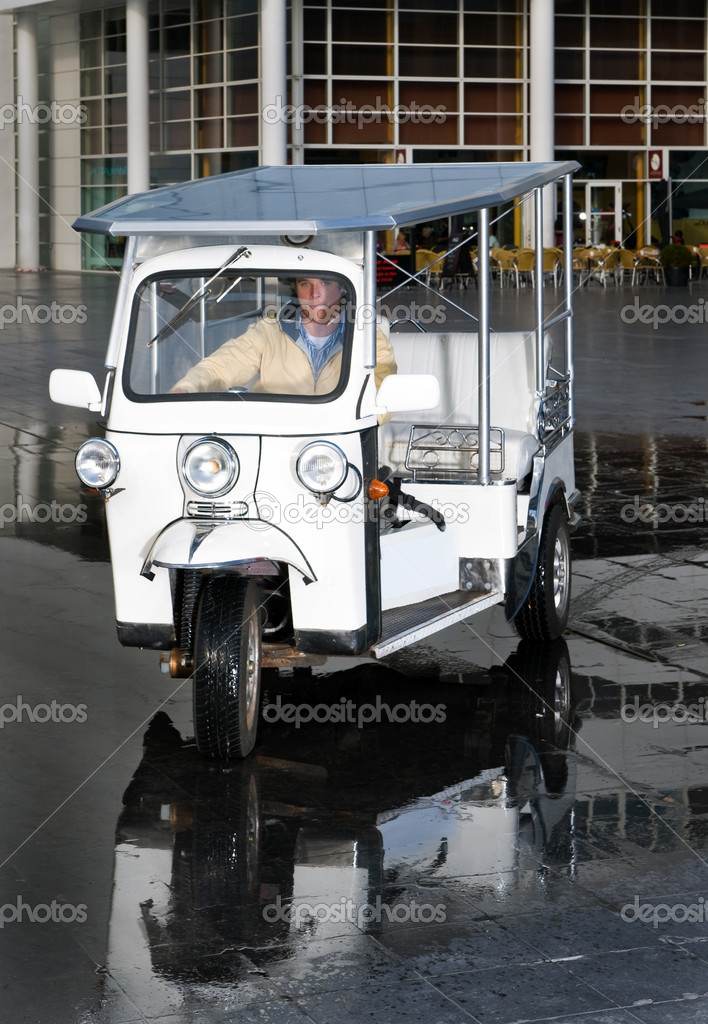 Solar powered electrical tuc tuc approaching the camera in an urban environment — Stock Photo #11890362