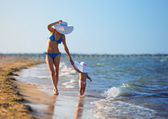 Mother and daughter on beach — Стоковое фото