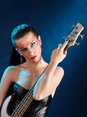 Menina segurando um violão — Foto Stock