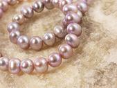 Roze parels op een steen — Stockfoto