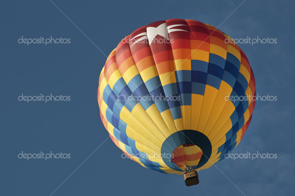 Looking up at colorful hot air balloon, nice blue sky — Foto Stock #11253328