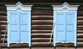 Dos ventanas en la casa de madera — Foto de Stock