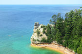 Kayakers by Miners Castle at Pictured Rocks National Lakeshore — Stock Photo