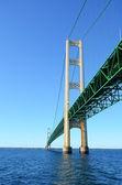 麦基诺桥下 — 图库照片