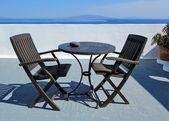 Bord och stolar på santorini, grekland — Stockfoto