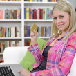 Woman shopping online with laptop — Stockfoto