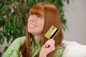 Młoda kobieta z karty kredytowej uśmiechający się — Zdjęcie stockowe