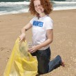 Beach clean up: Volunteer collecting waste — Stock Photo