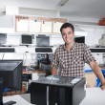 mutlu sahibi bir bilgisayar onarım mağaza — Stok fotoğraf