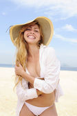 Summer fashion: sensual and stylish woman on the beach posing — Stock Photo