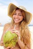 Sahilde hindistan cevizi suyu içme susamış kadın — Stok fotoğraf