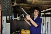 Iş yerinde mutlu araba tamircisi — Stok fotoğraf