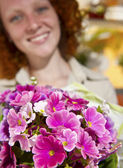 Flower gift: Woman giving a bunch of flowers — Stock Photo