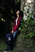 Vrouw ontspannen in het bos — Stockfoto