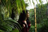 экотуризма: женский туристы, изучение дикой природы тропических лесов — Стоковое фото