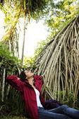 экотуризма: женщина расслабляющий в тропических лесах — Стоковое фото