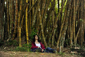 Ecotourism: female hiker relaxing in the shadow of bamboo — Stock fotografie
