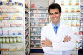 Ritratto di un maschio farmacista presso la farmacia — Foto Stock