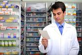 Receta de lectura farmacéutico en farmacia — Foto de Stock