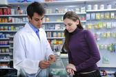 Cliente consulenza farmacista presso la farmacia — Foto Stock