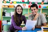 Učitel a rodič v učebně — Stock fotografie