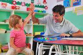 Maestra de preescolar y el niño dando cinco — Foto de Stock