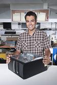 Feliz proprietário de um computador reparação loja — Fotografia Stock
