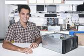 счастливый владелец магазина ремонта компьютера — Стоковое фото