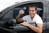 Gelukkig spaanse man in zijn nieuwe auto — Stockfoto