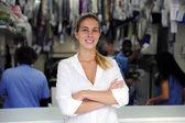 Felice possessore di un commercio di lavaggio a secco — Foto Stock