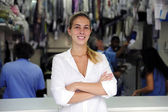 Szczęśliwy właściciel firmy pralnia chemiczna — Zdjęcie stockowe
