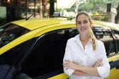 Retrato de un mujer taxista con su nueva cabina — Foto de Stock