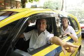 Taksi şoförü yolcu bir dönüm noktası gösterilen — Stok fotoğraf