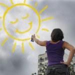 pintura del sol en el cielo nublado de la mujer — Foto de Stock