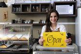 счастливый владелец кафе, показаны открытые знак — Стоковое фото