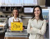 Açık işaret gösteren bir kafe mutlu sahibi — Stok fotoğraf