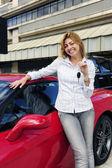 女人显示键的新红色跑车 — 图库照片